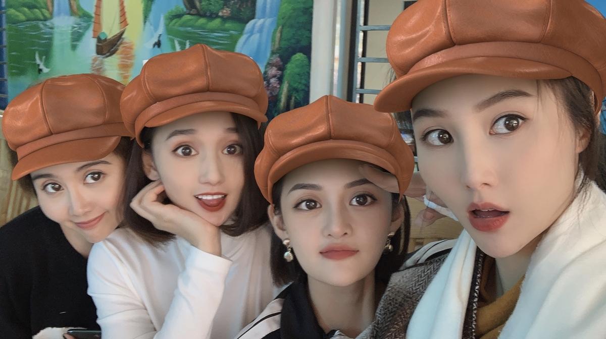Huyền Lizzie, Lã Thanh Huyền, Thùy Anh, Diễm My 9x (từ trái qua) ở hậu trường phim.
