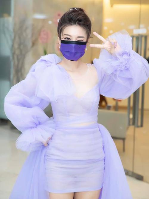 Tìm được khẩu trang màu tím ăn ý với váy như Hoàng Yến Chibi không phải dễ, cho thấy sự chỉn chu trong việc mix trang phục của cô nàng.