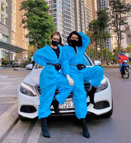 Cách mặc đồ bảo hộ thời thượng này từng được Nhã Phương và Thúy Ngân lăng xê trước đó. Cả hai tông xuyệt tông với đồ xanh, kính nhựa trong và túi Gucci ngang thắt lưng, trông ngầu chẳng kém đi đóng phim.