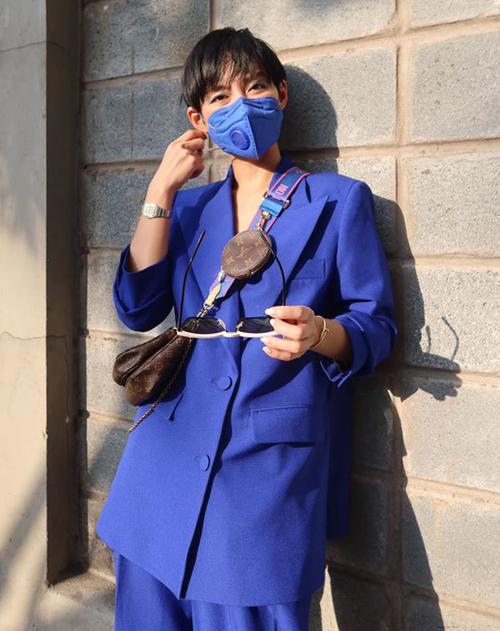 Một cách diện đồ phòng dịch khác thể hiện độ tinh tế của sao Việt trong cách ăn mặc đó là khẩu trang tông xuyệt tông với màu sắc trang phục. Khánh Linh rất cao tay khi chọn được chiếc khẩu trang màu xanh coban trông như cùng một bộ với cây suit cô đang diện.