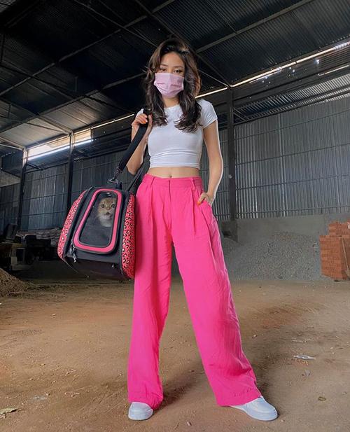 Diện quần hồng, Sa Lim cố tình chọn khẩu trang hồng để tạo nên set đồ ăn ý.