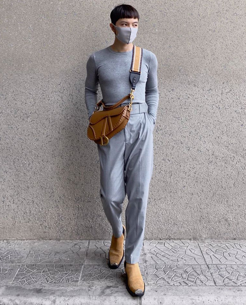 Kelbin Lei tiết lộ anh chàng có cả bộ sưu tập khẩu trang nhiều màu để phối cùng trang phục. Trong hình, nam stylist chọn tông xám cho một lần ra phố.