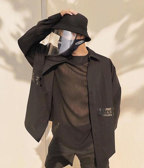 Mũ có kiểu dáng cơ bản và tông đen nên hợp với cả các chàng trai và cô gái. Diện cả cây đen, Thanh Duy trông đầy phong cách.