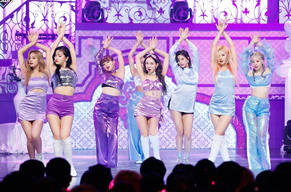 Twice cũng nhiều lần mặc đồ diễn tím rịm lên sân khấu. Trang phục sexy đi kèm gam tím trông rất hiện đại và bắt mắt.