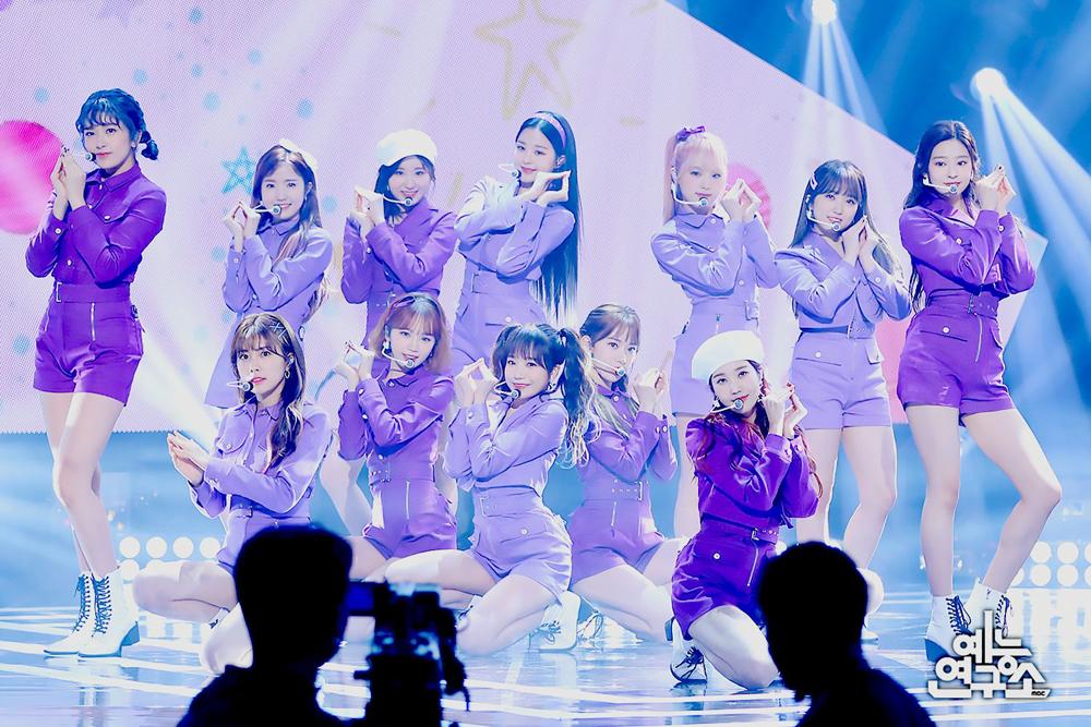 Từ tông màu siêu kén và bị chê dừ, tím đang trở thành xu hướng thịnh hành Kpop vài năm gần đây. IZONE là girlgroup đặc biệt mê tông màu này, thường xuyên ứng dụng trên sân khấu.