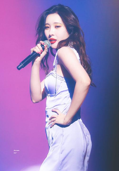 Sun Mi diện váy tím lấy cảm hứng từ nội y tạo vẻ quyến rũ.