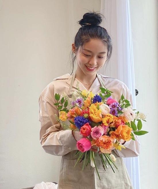 Seol Hyun cười lộ má lúm duyên dáng bên bó hoa do tự tay cô nàng bó.