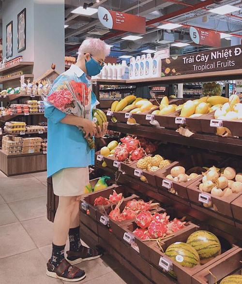 Thanh Duy đeo khẩu trang kỹ lưỡng khi đi siêu thị sắm hoa và trái cây.