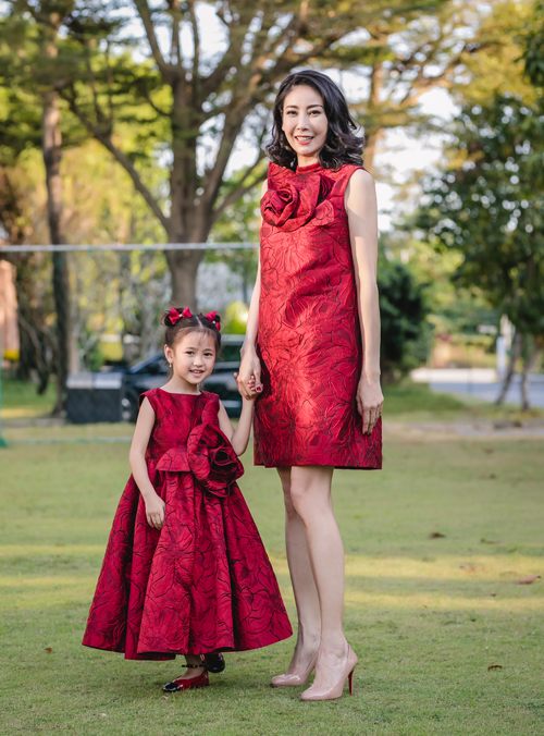 Hoa hậu Hà Kiều Anh và con gái diện thiết kế giá mềm của Đỗ Mạnh Cường.