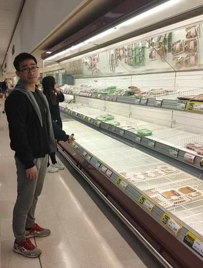 Các kệ bán hàng trong siêu thị trống trơn. Ảnh: Nguyễn Vũ Hải