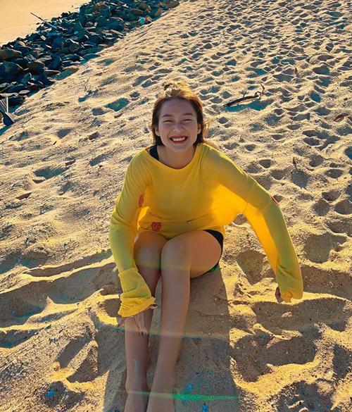 Khả Ngân khoe nụ cười không thấy Mặt trời khi đi biển cùng em trai.