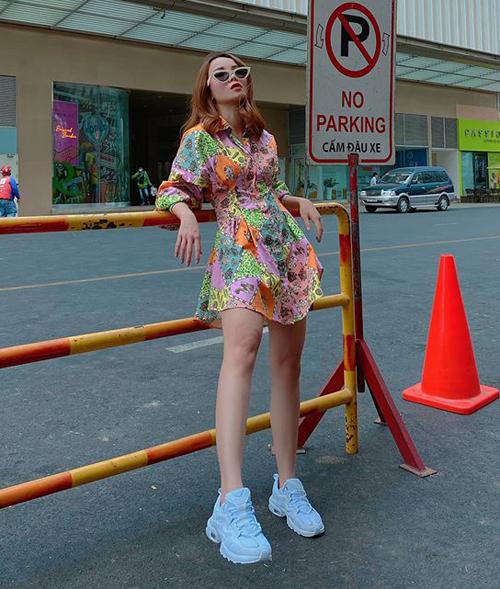 Váy sơ mi màu sắc và sneakers trắng giúp Yến Trang U40 mà chẳng khác gì mới 18.