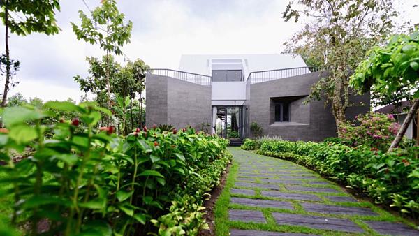 Cao Thái SơnCăn nhà vườn rộng hàngnghìnm2 của Cao Thái Sơn tại Long An cách TP HCM hơn 40 phút chạy xe. Đây là nơi giọng ca sinh năm 1985 thường xuyên ghé lại nghỉ dưỡng hoặc tụ tập bạn bè. Nằm ở một khu đất rộng, căn nhà vườn được trồng nhiều câyxanh, tạo cảm giác yên tĩnh, hòa mình với thiên nhiên cho chủ nhân căn nhà.
