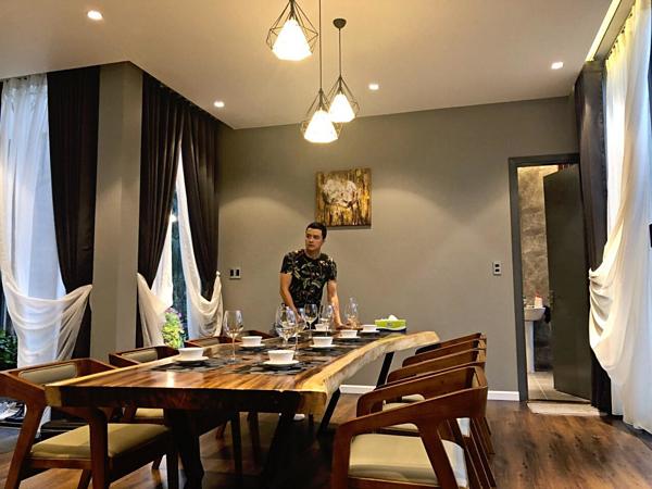 Nhà vườn của Cao Thái Sơn có hai tầng. Phòng ngủ được sắp xếp trên tầng hai, tách biệt khỏi phòng khách để đảm bảo sự riêng tư cho các thành viên trong gia đình.Với căn nhà vườn, Cao Thái Sơn mất 4 tháng thi công và hoàn thiện công trình. Căn nhà được xây dựng theo kiến trúc phương Tây độc đáo, hòa mình với thiên nhiên.
