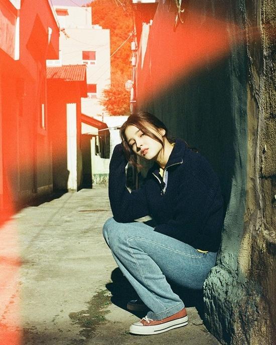 Nancy chui vào con ngõ nhỏ để chụp street style chất nghệ.