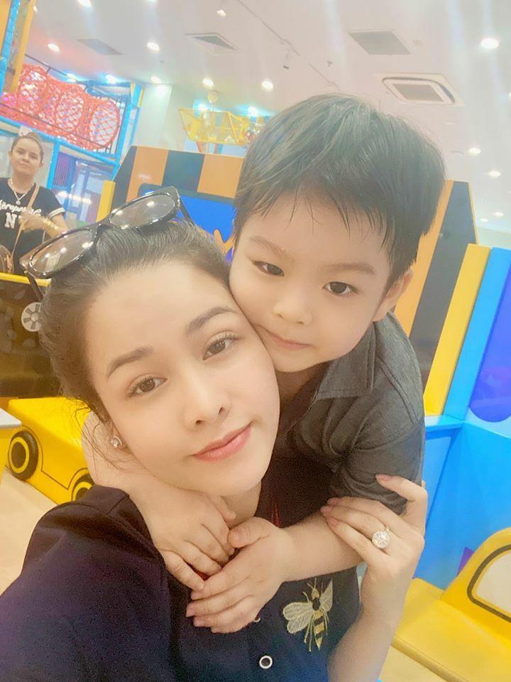 Nhật Kim Anh đăng ảnh bên con trai.