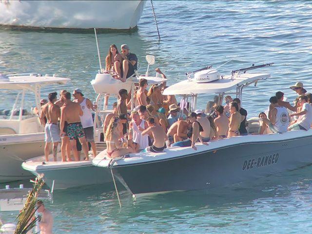 Nhóm người nối thuyền để tổ chức tiệc tùng ở vịnh Biscayne, Florida.