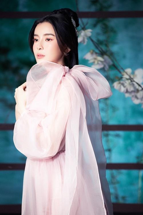 Mr.AT - nhiếp ảnh gia thực hiện bộ hình - nhận xét, Cao Thái Hà có lợi thế hình thể mảnh khảnh, gương mặt trẻ trung, phúc hậu. Lần đầu chụp hình cổ trang nhưng cô không bối rối trong cách tạo dáng.