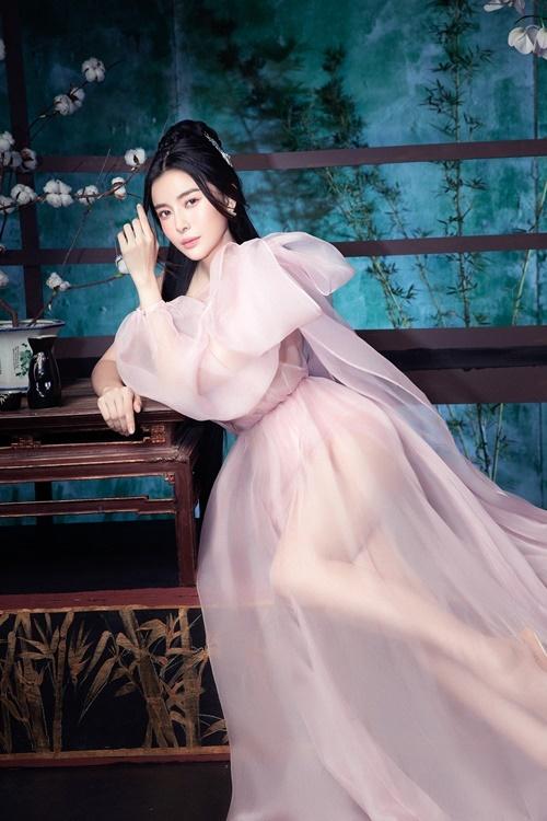 Tạo hình cổ trang nhưng Cao Thái Hà mặc những trang phục hiện đại. Cô diện đầm chất liệu xuyên thấu, gam màu hồng với kiểu dáng bồng bềnh. Kiểu tóc vấn về phía sau đầu, cố định bằng một chiếc trâm khiến gương mặt nữ diễn viên trở nên thanh tú hơn.