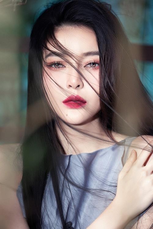 Cao Thái Hà lần đầu chụp hình theo phong cách cổ trang. Cô để tóc xõa đơn giản, trang điểm tông hồng ma mị, nhấn sâu vào đôi mắt. Cô không nhận ra mình khi đứng trước gương sau khi hóa trang.