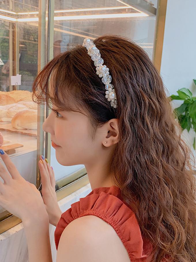 """<p>Bờm đính đá cũng sẽ giúp mái tóc như """"phát sáng"""", nổi bật trong những buổi tiệc mùa hè.</p>"""