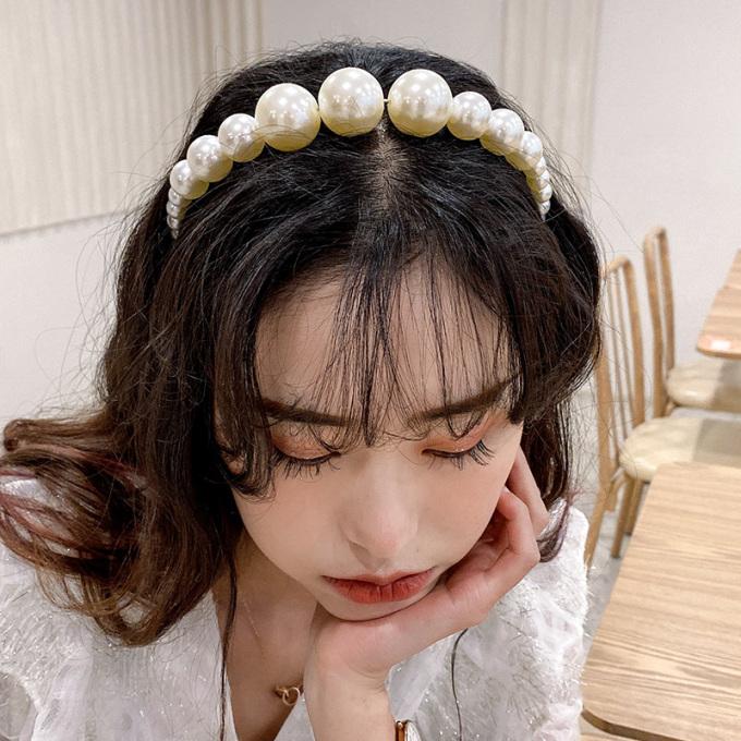 <p>Những cô nàng thích phong cách sang chảnh, tiểu thư không thể bỏ qua mốt bờm tóc đính ngọc trai.</p>