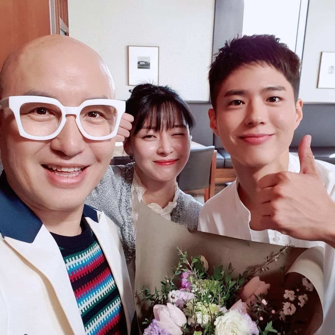 Hong Seok Cheon (trái) chụp hình kỷ niệm với Kwon Nara và Park Bo Gum khi quay tập cuối Tầng lớp Itaewon.