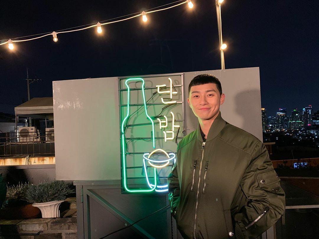 Ông chủ quán rượu Danbam - Park Seo Joon chụp ảnh kỷ niệm khi Tầng lớp Itaewon đến hồi kết.