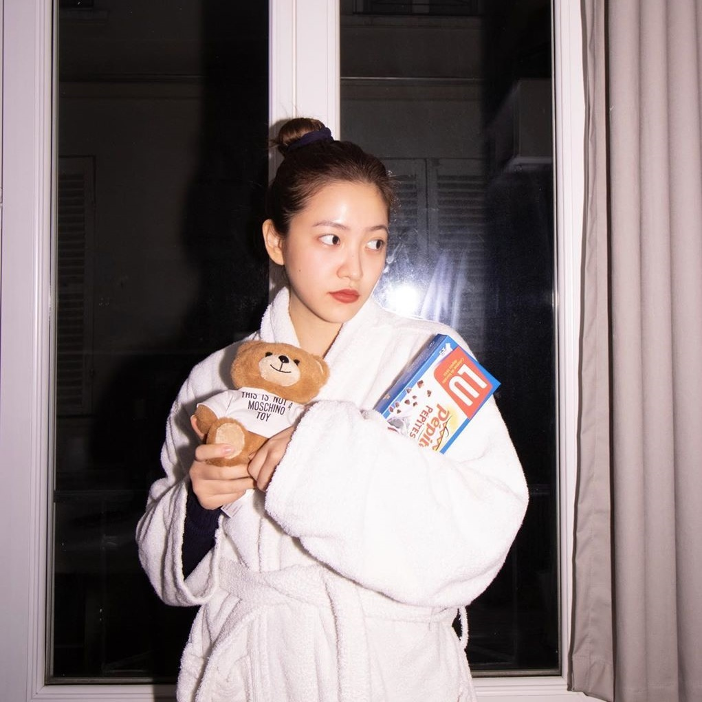 Yeri khoác áo choàng tắm tạo dáng bên cửa sổ với concept hơi khó hiểu.