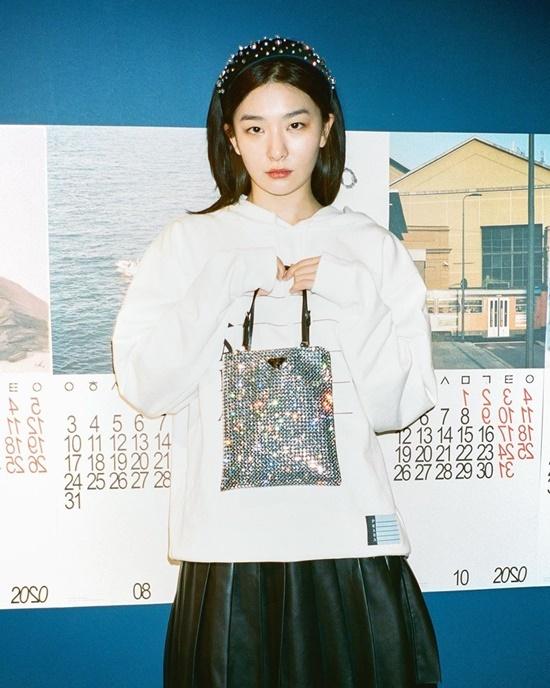 Seul Gi khoe túi xách với chiếc bờm đính hạt  lấp lánh hợp trend.