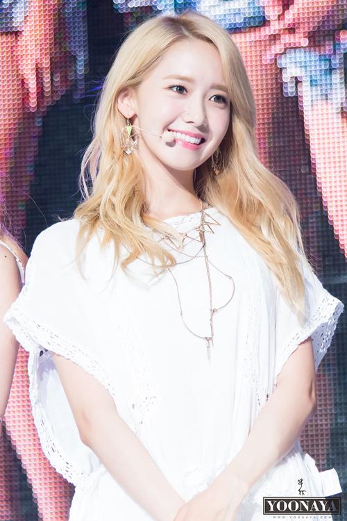 Yoona lần đầu thử nhuộm tóc vàng vào năm 2015. Đây cũng là màu tóc nổi bật nhất trong suốt sự nghiệp của cô nàng.