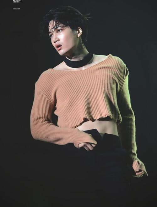 Kai vốn được biết đến là một main dancer cực ngầu của EXO. Nhưng chẳng biết từ bao giờ, nam idol đã được stylist phối đồ theo phong cách pha trộn giữa nét nam tính và nữ tính hóa.