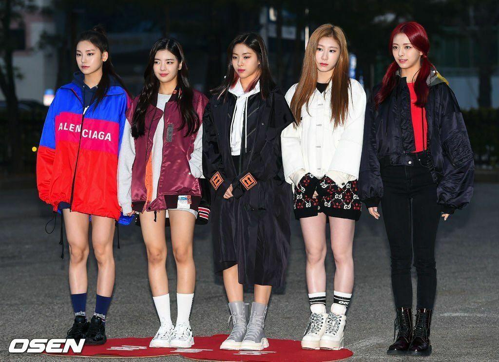 Mặc dù các thành viên ITZY đều có nước da khá trắng trẻo, họ vẫn bị Chae Ryeong lấn át khi chụp chung khung hình.