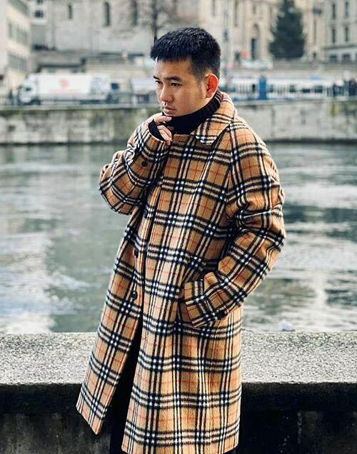 NTK Lê Thanh Hòa cho biết doanh thu các cửa hàng kinh doanh thời trang của anh giảm do ảnh hưởng của dịch bệnh. Thời gian này, anh tập trung ra các mẫu váy có tính ứng dụng cao, dễ mặc để bán trên fanpage. NTK cũng tranh thủ chụp các bộ hình lookbook để quảng bá công việc kinh doanh.