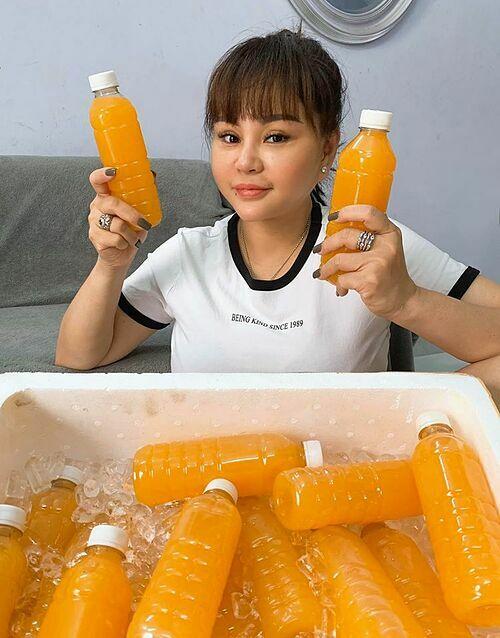 Lê Giang tạm thời bán hàng qua mạng vì công việc diễn xuất bị gián đoạn trong thời gian này. Cô bán nước cam mật ong, nước chanh dây - những thức uống giàu vitamin C, tăng sức đề kháng mùa dịch.