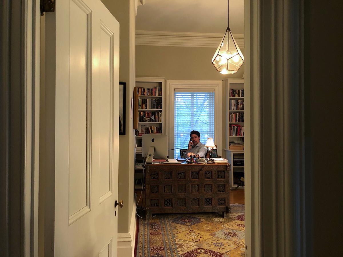 Bức ảnhTrudeau làm việc tại nhà được chụp bởi con gái, đăng tải trên tài khoản Twitter của ông.