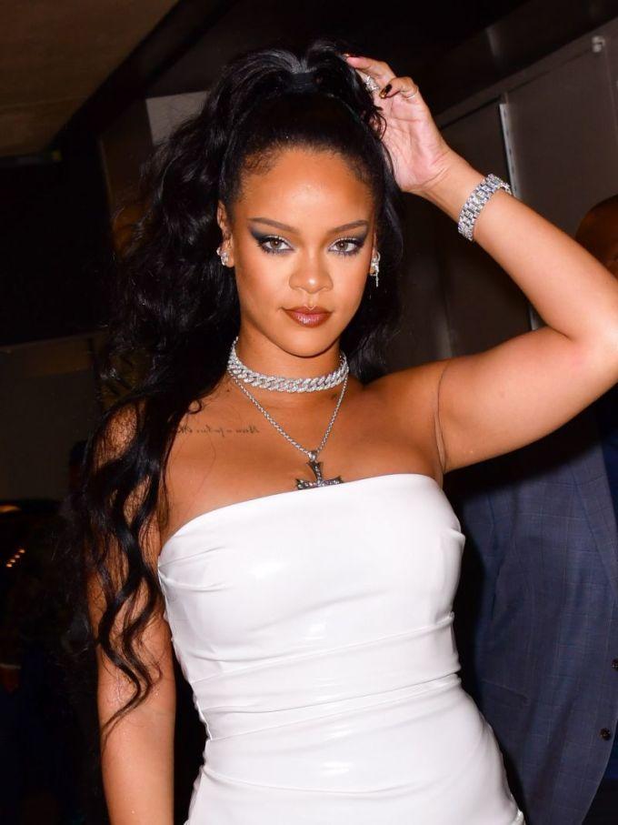 """<p class=""""Normal""""><strong>Rihanna</strong></p>  <p class=""""Normal"""">Quỹ Clara Lionel Foundation (CLF) của Rihanna đã quyên 5 triệu USD để hỗ trợ phòng ngừa, chuẩn bị và ứng phó với Covid-19 tại Mỹ và toàn cầu.</p>  <p class=""""Normal"""">""""CLF hỗ trợ cho những tổ chức tuyến đầu đang ứng phó với khủng hoảng, đặc biệt là những tổ chức bảo vệ và phục vụ cộng đồng người bị cách ly - giúp đỡ những người dễ bị tổn thương nhất ở Mỹ, Caribbean và châu Phi"""", giám đốc điều hànhquỹ Clara Lionel Foundation, ông Justine Lucas,cho biết.</p>"""