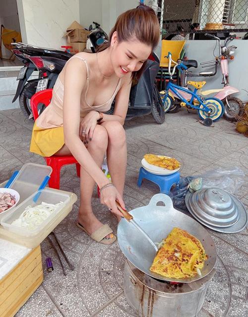 Kỳ Hân khoe mùa dịch rảnh rỗi, ở nhà tự làm bánh xèo cho ông xã.