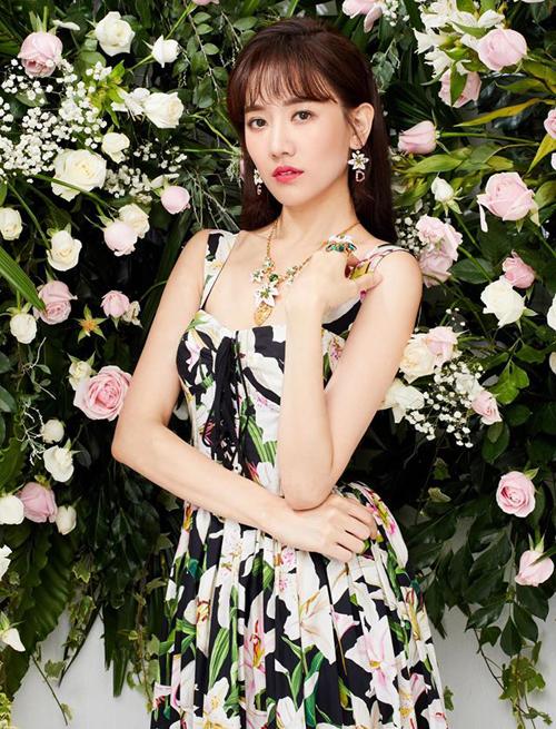 Hari Won diện bộ đầm hoa, chụp hình cùng bối cảnh hoa lá rất tông xuyệt tông.