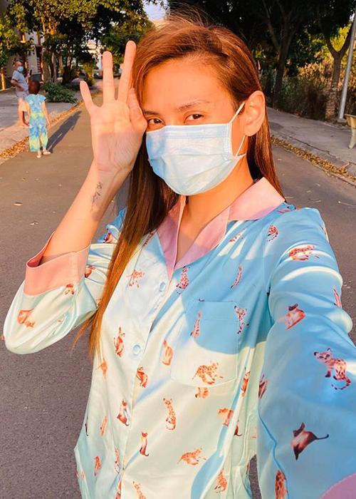 Võ Hoàng Yến đón ngày thứ 6 trong khu cách ly. Cô khoe được fan tặng cho nhiều bộ pyjama xinh xắn.