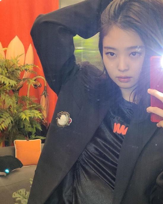 Jennie tái xuất Instagram với bức ảnh khoe thần thái trong hậu trường. Cô nàng tiết lộ sắp ra mắt bộ hình quảng cáo mới.