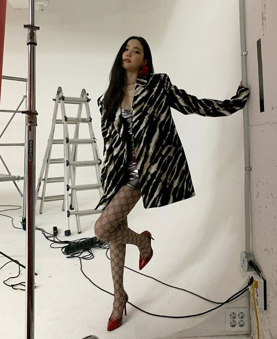Na Eun mặc quần tất họa tiết, tạo dáng khoe vẻ gợi cảm.