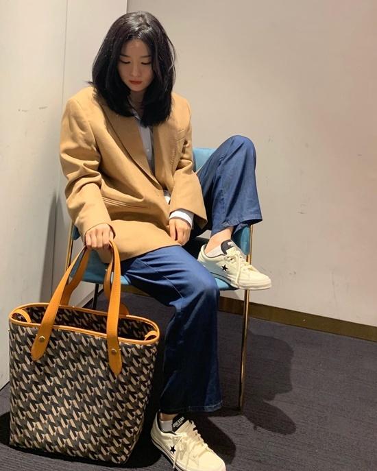 Seul Gi xách túi to như cái làn đi chơi.