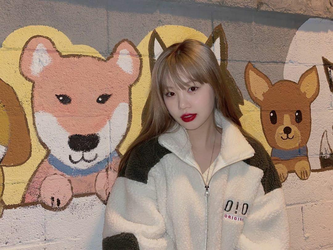 Soo Jin (G)I-DLE thích thú với những bức vẽ động vật ngộ nghĩnh trên tường.