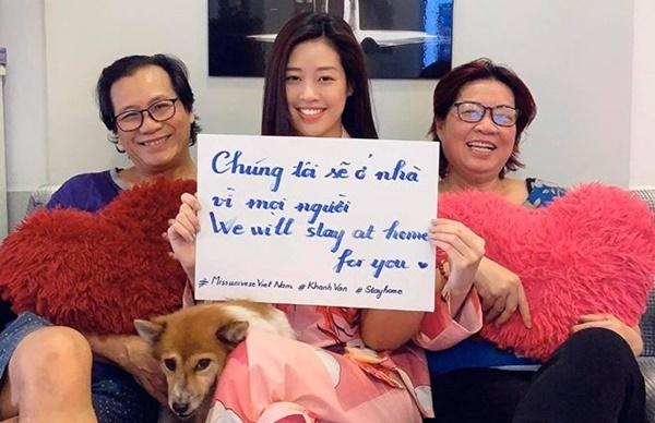 Hoa hậu Hoàn vũ Việt Nam 2019 Khánh Vân cùng bố mẹ lan tỏa thông điệp: Chúng tôi ở nhà vì mọi người. Những ngày qua, cô cùng gia đình nấu ăn, chơi đùa với thú cưng, học tiếng Anh, đọc sách.