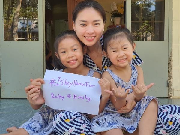 Ngô Thanh Vân về Trà Vinh tránh dịch. Cô vui chơi cùng hai cháu Ruby và Emily. Cô kêu gọi mọi người ở nhà để bảo vệ tương lai trẻ thơ.