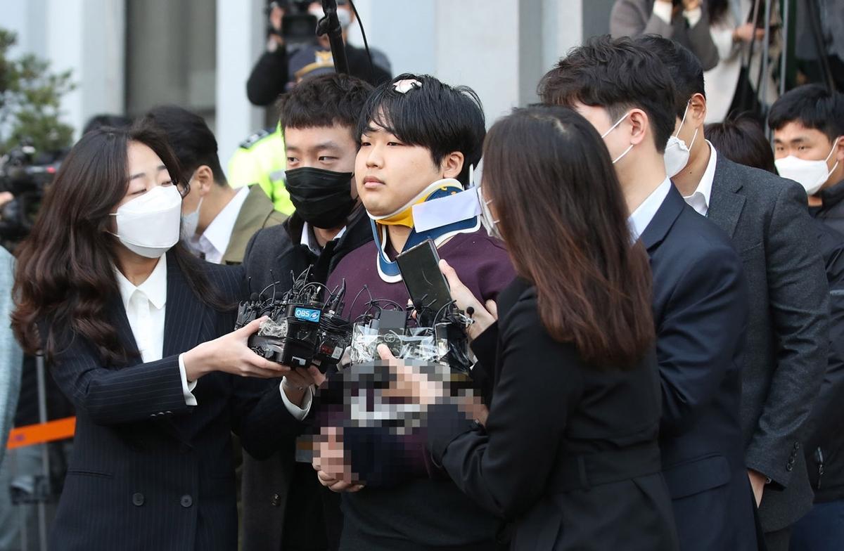 Nhiều phóng viên vây quanh Jo để đặt câu hỏi.