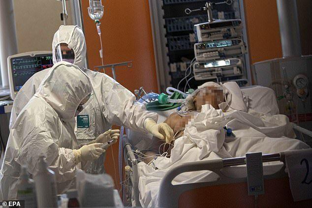 Các bác sĩ và y tá làm việc tại khoa chăm sóc đặc biệt của Bệnh viện Casal Palocco,, Rome, Italy, hôm 25/3. Ảnh: EPA.