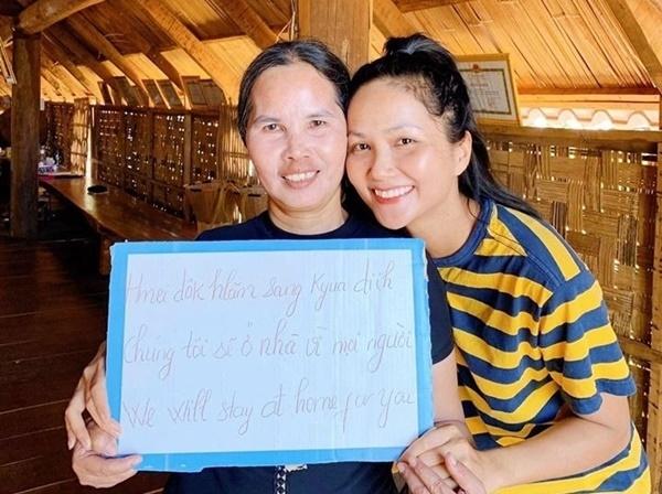 HHen Niê về quê ở Đắk Lắk tránh dịch. Cô viết thông điệp chúng tôi sẽ ở nhà vì mọi người bằng tiếng Anh và tiếng Ê-đê. Những ngày qua, cô ra đồng hít thở không khí, vào bếp nấu nướng và tranh thủ tập thể dục, nâng cao sức đề kháng.