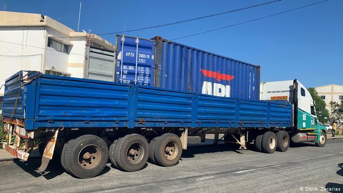 Chiếc xe tải chở 64 thi thể người nhập cư Ethiopia bị chặn lại ở tỉnh Tete, Mozambique. Ảnh: DW.